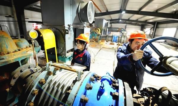 大城县生物质发电公司工作人员在查看供暖循环泵工作情况